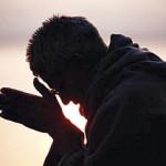 Jamás olvide que las grandes batallas contra las tinieblas las ganamos en oración