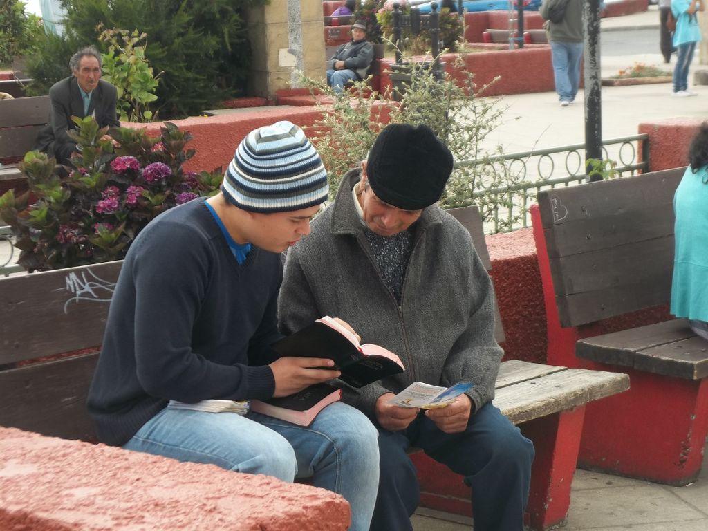 Resultado de imagen para personas evangelizan en la calle